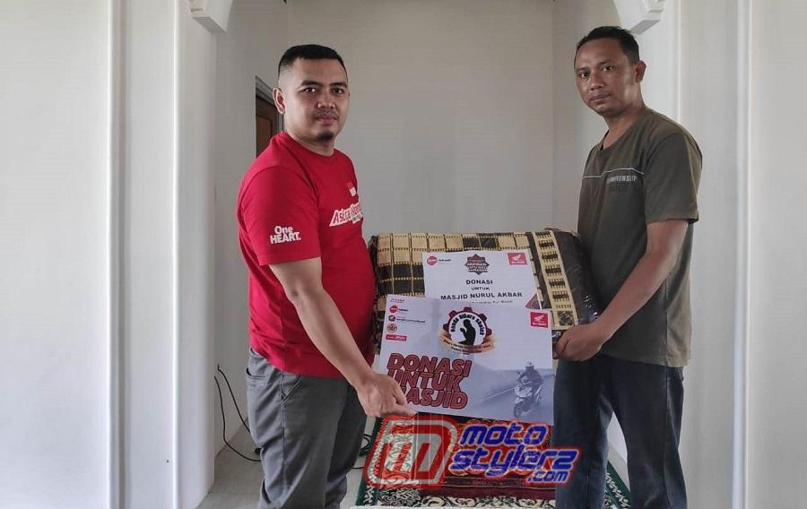 Aksi Donasi Sajada-Simbolis Diberikan Oleh Perwakilan dari komunitas Honda Kharisma Automotive Club