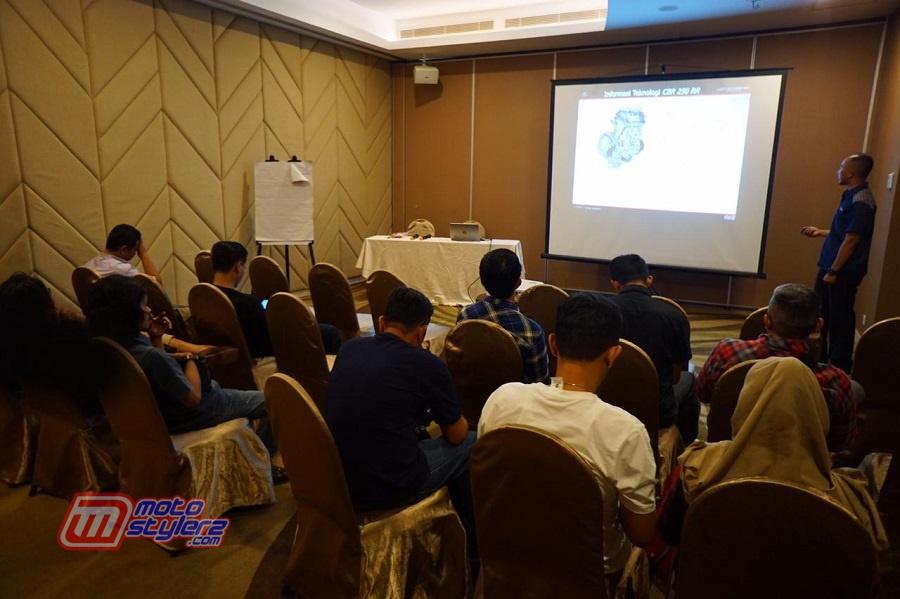 Pengenalan Product Knowledge Honda CBR250RR oleh Agung Sugihono (Instruktur Technical Training DAM)
