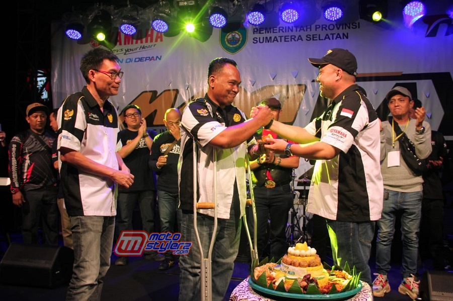Potong Tumpeng-Wujud Syukur Akan Kesuksesan MAXI Yamaha Day Palembang