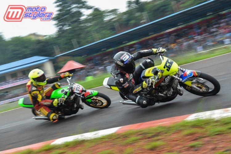 Aksi Pembalap Bertarung Di Kasta Sport 150cc Open