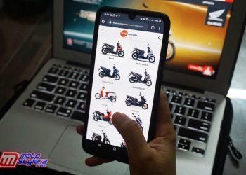 Konsumen Sedang Melihat Produk Terbaru Dari Motor Honda di Website Resmi DAM, https://www.daya-motora.com.