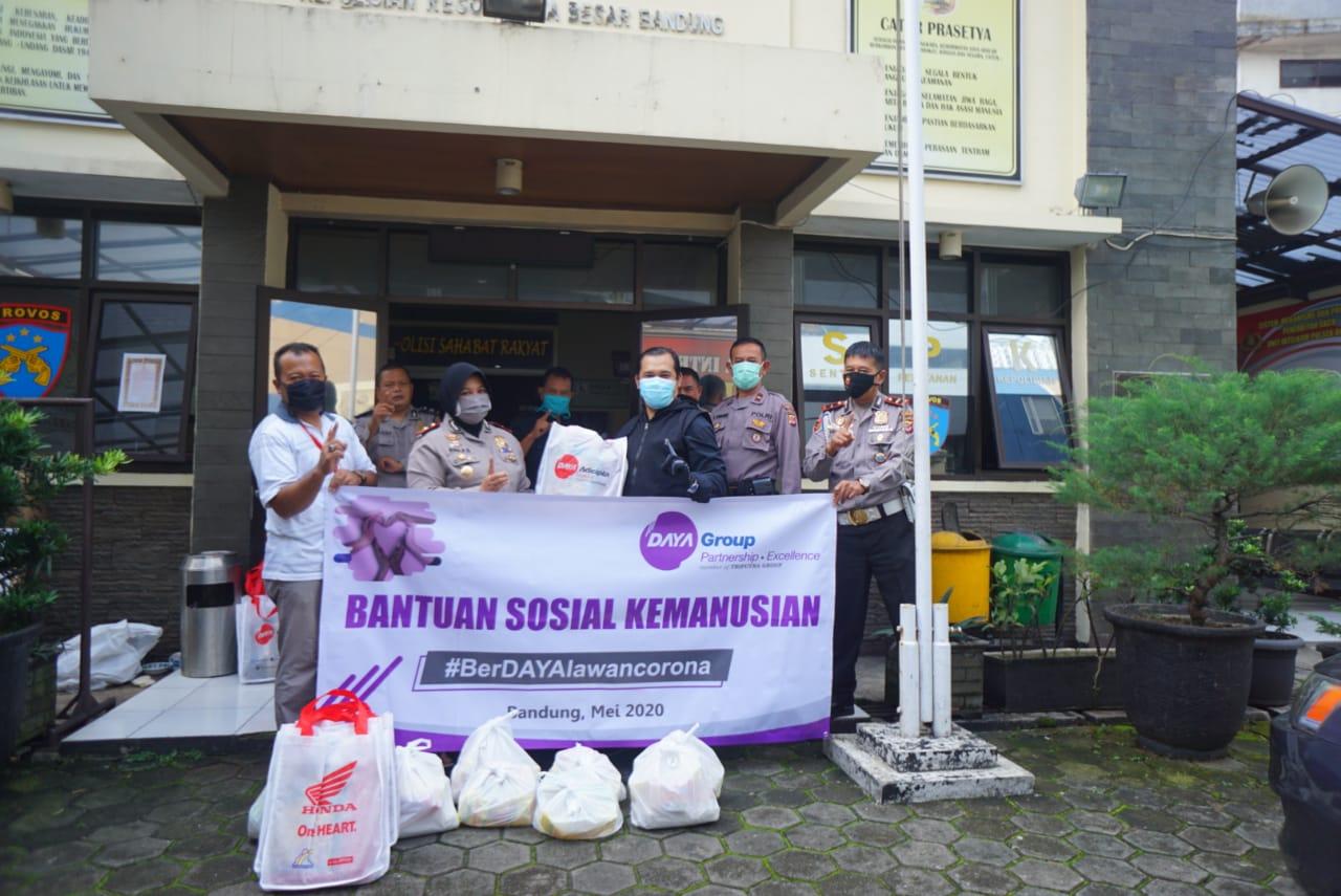 Paket Sembako Diserahkan Manajemen PT DAM Kepada Polsek Andir Untuk Dibagikan Ke Masyarakat Sekitar