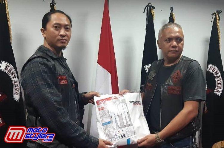 Vice President West Java Chapter BB 1% MC (Kanan) Memberikan APD Kepada dr Erick (Virgin Member BB 1% MC)