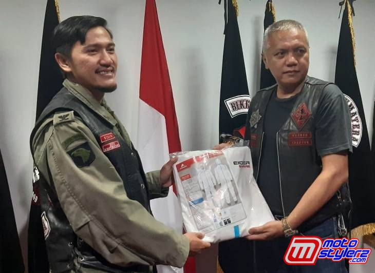 Vice President West Java Chapter BB 1% MC Yudhie Riadi Sjam (Kanan) Memberikan APD Kepada dr Ricoh Juang (Virgin Member BB 1% MC)