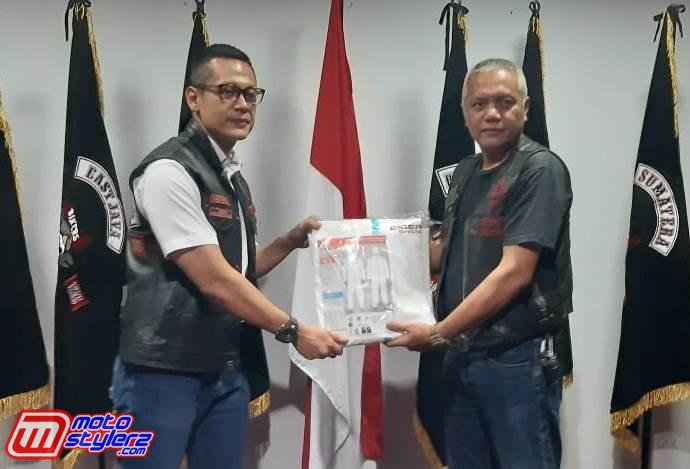 Vice President West Java Chapter BB 1% MC Yudhie Riadi Sjam (Kanan) Memberikan APD Kepada dr Yopi (Life Member BB 1% MC)