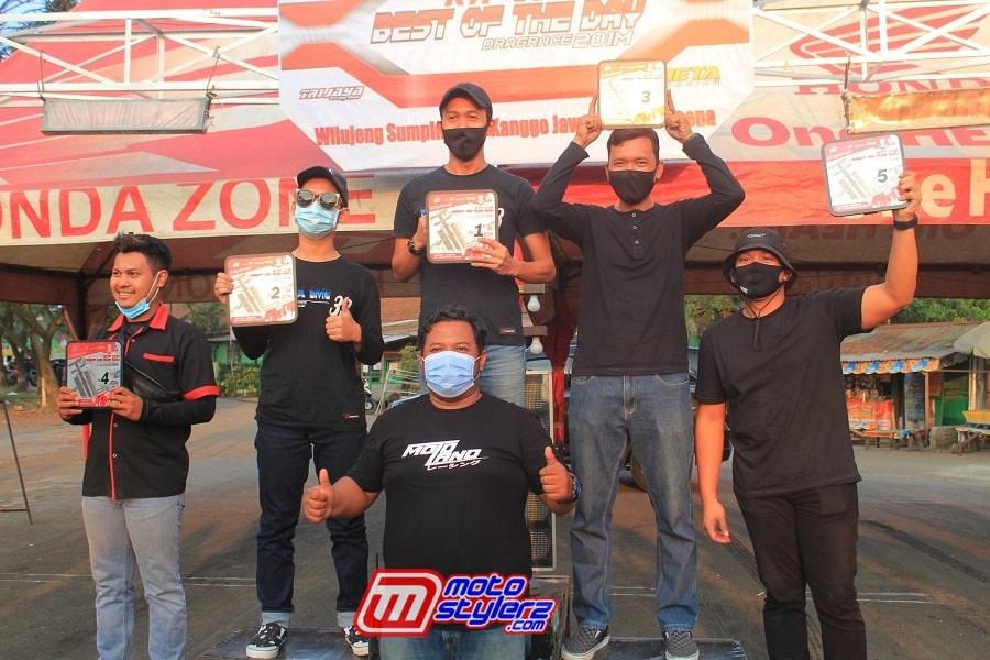 Sandi Dadoo (PIC) Bersama Pemenang Sedan Standart SD 1500cc