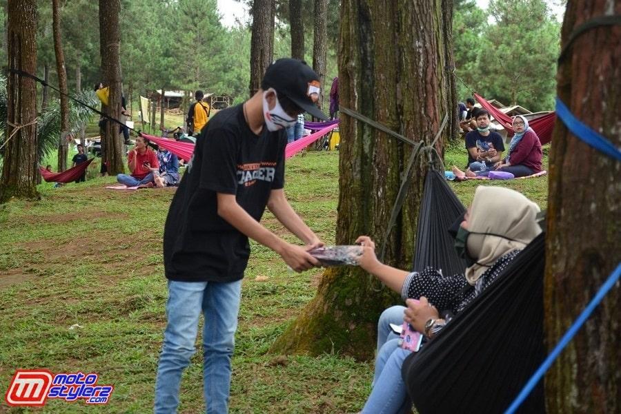 Bagi Bagi Masker Kepada Pengunjung Wisata Alam Batu Cakra-Bentuk Kampanye Protocol Kesehatan