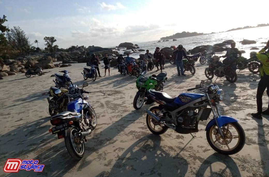 Pantai Penyusuk-Pelepas Penat All Member Di Tengah Momen Sunset