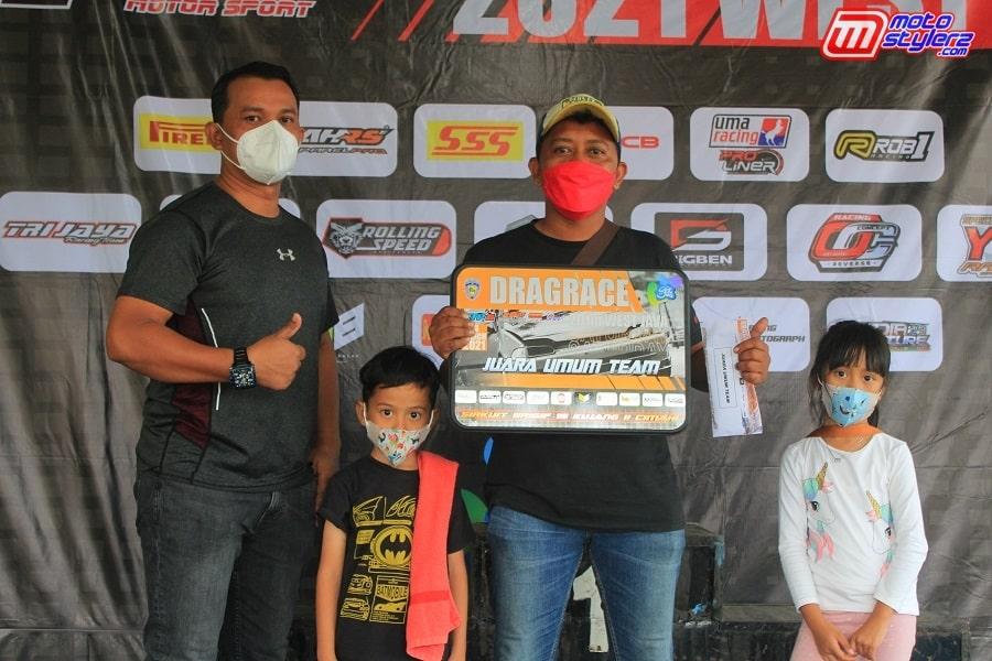 Sumber Agung Rizki (Promotor Sumber Production) Bareng Perwakilan Tim Ote Racing Concept Selaku Juara Umum