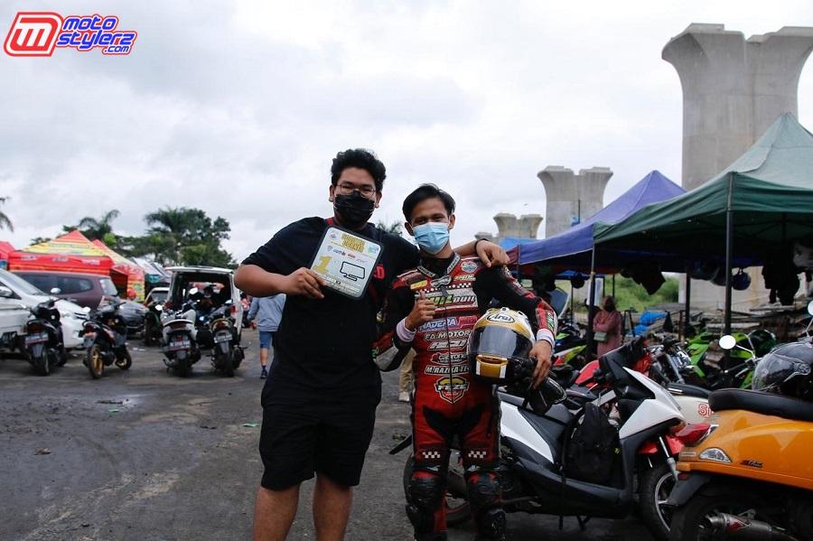 Adam (Owner Tim) & M Akbar (Pembalap)-Sabet Juara Matic Exclusive TU sd 250cc