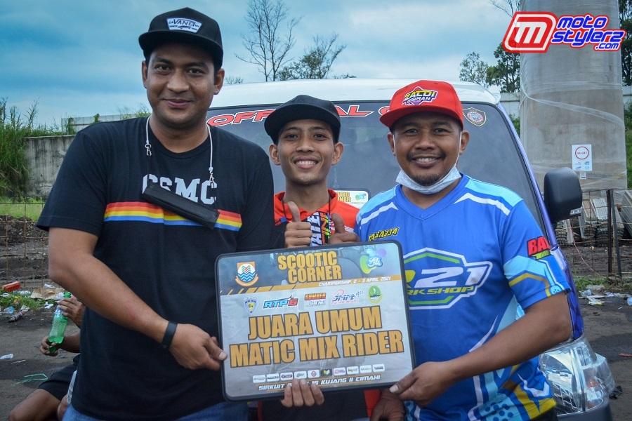 Bersama Ezza Ezot (Owner Tim Raisa 234) & Robby Rizaldi (Pembalap)-Raih Juara Umum Matic Mix Rider.