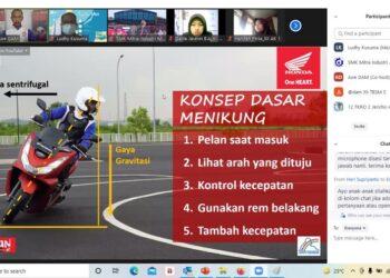 DAM_001, 003: Asep Wawan (Instruktur Safety Riding DAM) sedang menjelaskan konsep dasar menikung dan postur berboncengaan yang benar dan nyaman kepada peserta webinar.