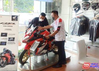 Wing Sales People (WSP) Dealer Honda Agung Motor 1 Cianjur sedang menjelaskan fitur-fitur unggulan Honda CBR250RR kepada konsumen