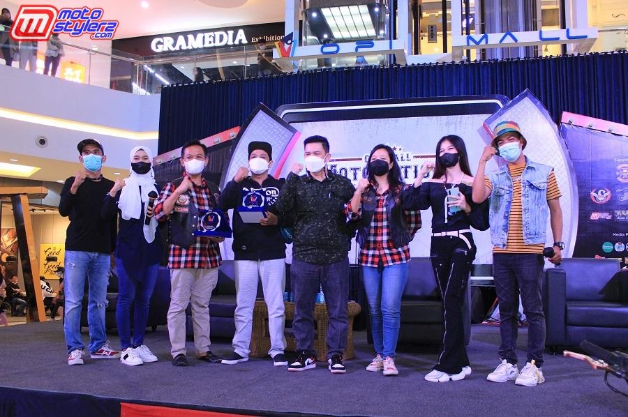 Penyerahan Plakat Kepada Perwakilan PMS & SMOC Selaku Komunitas Yang Dituakan Di Palembang, Didampingi Wendy Ansa (OPI Mall) serta Bro Yayan feat Nabila (MC)