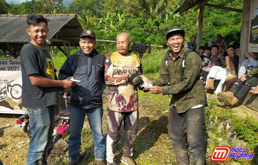 Penyerahan Uang Kadedeuh Kepada Offroader Tertua-Diberikan Oleh Irfan Tio & Diansyah